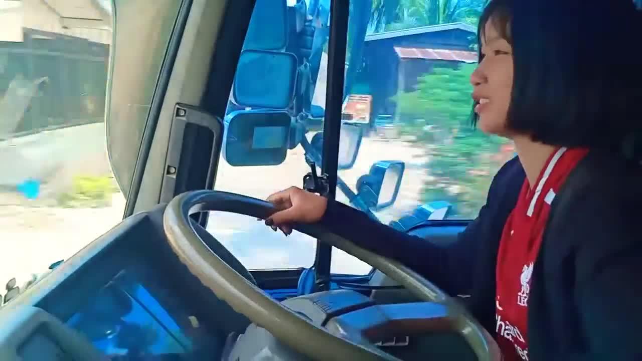 ผู้หญิง ขับรถดั้มมืออาชีพ